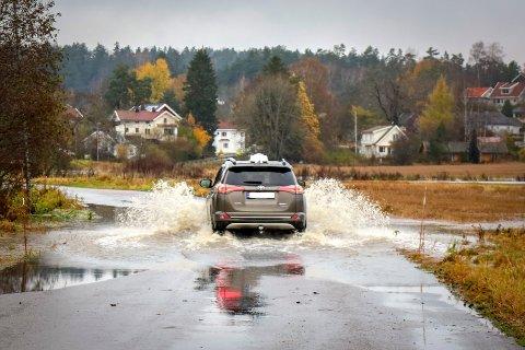 Denne taxien tok fart og suste gjennom dypvannet. Kommunen anbefaler likevel alle å kjøre rundt.