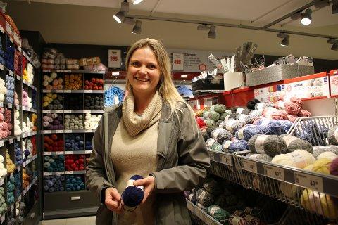 DET GÅR UNNA: Marianne Hansen (41) er på leting etter garn til Mariusgenseren hun begynte på som 15-åring. – Nå er det bare noen centimeter igjen på det ene ermet, sier hun og ler.