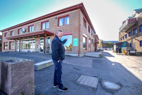 Ordfører Tom Anders Ludvigsen håper byggearbeidet er i full gang på denne tiden neste år. Det gamle biblioteksbygget må vike, og våren 2021 kan bli starttidspunkt for rivingen.