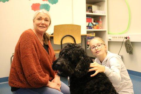 Matmor og lærer Hege Østgård (50), Linnea Stang (11) og Tabasco (8). Linnea er en av de heldige barna som får være sammen med terapihunden denne fredagen.