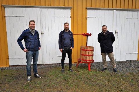 (F.v.) Gårdeier Thorbjørn Alvim samarbeider med Sveinung Årseth og Luca Pennesi fra Pennesi Wines om å lage en ordentlig vingård på Drømmerud i Garder.