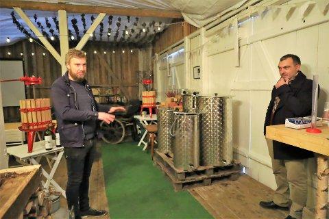Folk må vente på Garder-druene, men produksjonsfasilitetene er på plass. Når importdruene kommer, skal gjester kunne lage sin egen vin. Sveinung Årseth og Luca Pennesi (th.)