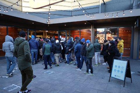 Folk presset seg sammen da butikken åpnet dørene.