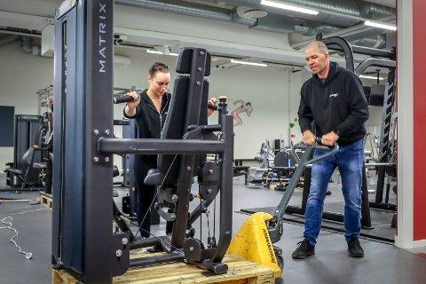 Cathrine Fagerhaug og Marius Vesterby kaster seg rundt for å gjøre klart til gjenåpning tirsdag morgen. Nå må nemlig alle som trener ha minst fire meters avstand til hverandre.