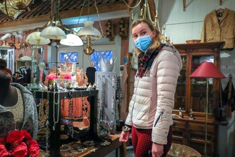 Linnea Sev (22) liker seg utrolig godt på bruktbutikker. Nå er hun på utkikk etter brukte julegaver.