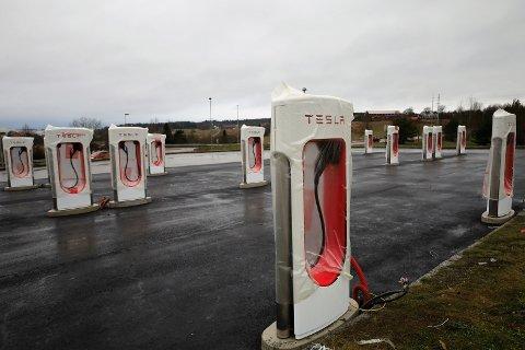 SNART FERDIG: Tesla opplyser at ladestasjonen i Vestby trolig åpner før jul.