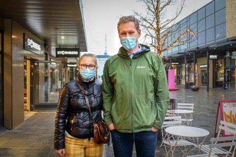 Lars og Fredrikke Skahjem var på Oslo Fashion Outlet lørdag morgen. De er ikke fremmed for å snu i inngangen dersom de ser at det er for mange folk på senteret.