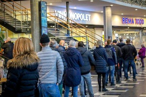 Kundene var klare allerede før åpningstiden onsdag morgen.