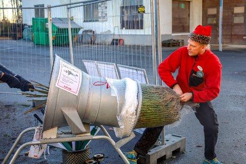 Ved Plantasjen i Vestby har juletresalget økt betydelig i år. Her hjelper butikksjef Michell Langerhorst (32) en kunde som hentet juletre lille julaften.