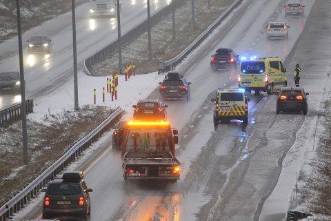 En bil har mistet kontrollen og havnet i autovernet på E6 i Vestby lørdag ettermiddag.