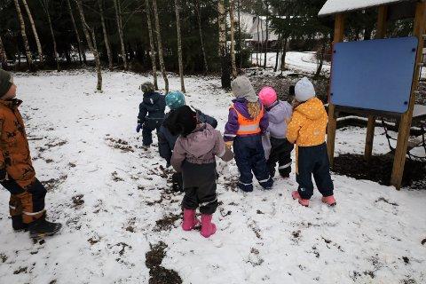 Barnehagene kan søke kommunen om dispensasjon. I Vestby er det totalt 116,4 årsverk i private og kommunale barnehager. Av disse har 6,8 årsverk dispensasjon fra utdanningskravet og ett årsverk fra krav til norskferdigheter.