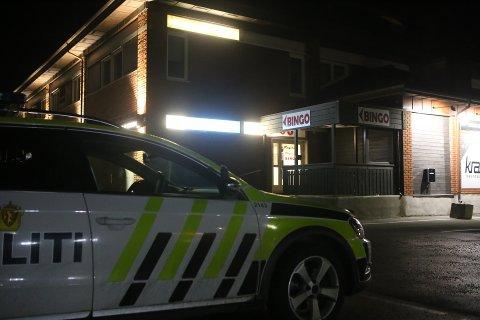 JAKTER RANERNE: Politiet jakter to maskerte ranere som truet en ansatt på Bingoland i Vestby med kniv søndag kveld.