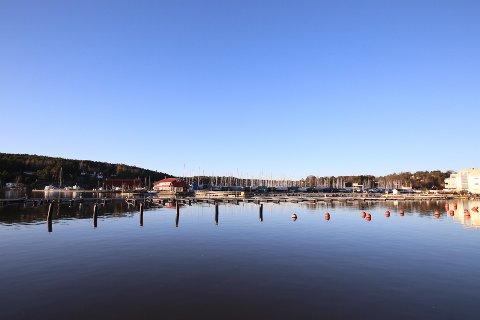 Båtplassene det gjelder er de som har landfeste fra siden hvor Sonskilen båthavn driver. Eiendelene, samt avtalen, ble taksert i 2018, men kommunen fikk ikke solgt. Nå drifter de båtplassene ut 2024, men deretter tar Sonskilen båthavn over.