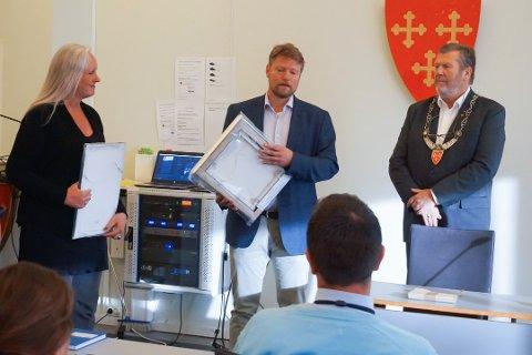 VANT I FJOR: Her mottar Eric Kelley Byggeskikkprisenunder kommunestyremøtet i  juni 2019, med arkitekten Tove Obrestad Manskow i Østavind arkitekter og Vestbys ordfører til stede.