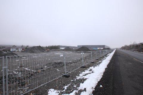 SKAL BYGGE MER: På denne tomten vil Logicenters Norge sette opp et logistikkbygg på 12.000 kvadratmeter. I bakgrunn ligger lageret hvor Prime Cargo holder til, som Logicenters Norge også eier.