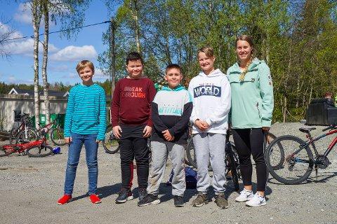Mario, Micael, Dennis og Erik med lærer Ida Kristine Kjølberg fra Hølen skole.