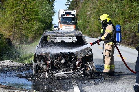 BRANT: Lørdag formiddag begynte det å brenne i en personbil ved Såner. Sjåføren kom uskadet fra det.
