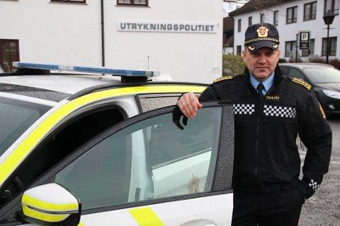 - STÅR DER FOR EN GRUNN: Politiinspektør og distriktsleder i Utrykningspolitiet distrikt Øst Kai Voldengen håper bilister skjønner alvoret i å varsle om trafikkontroller med lyshorn.