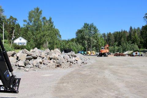 Det er denne grusbanen i Hvitsten som skal ryddes og gi plass til besøkende bilister.