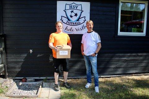 Serviceleder Truls Sørensen (t.v.) fra Follo Lås og Glass-Sikring AS overleverer hele 54 liter håndsprit til Morten Enersen og HSV fotballklubb.