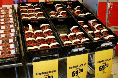 Mange av jordbærkurvene var plukket vekk til tross for en ganske stiv pris.