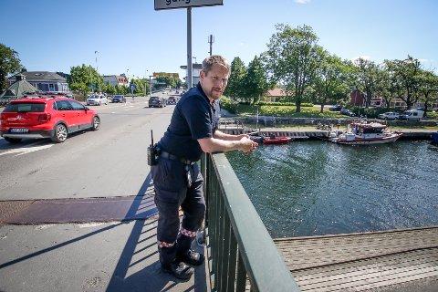 BEKYMRET: Brannsjef Rune Larsen ber alle som skal ferdes rundt om på veiene i Norge om å ta hensyn denne sommeren. – Jeg frykter mange alvorlige ulykker, og oppfordrer alle til være forsiktige, sier Larsen.