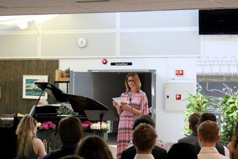 Rektor Brit Marie Helle ønsket torsdag kveld avgangselevene på Vestby VGS lykke til på veien videre.