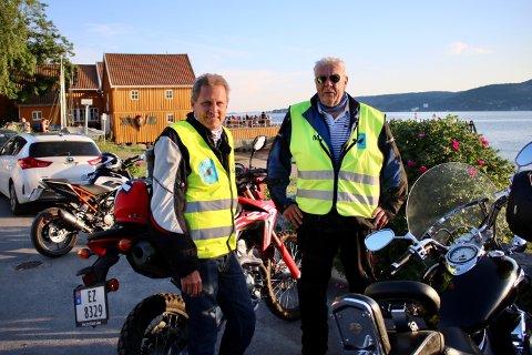 Det var få ungdommer ute da Einar Christensen (t.v.) og Ragnar Nilsen startet runden på Hvitsten fredag kveld.