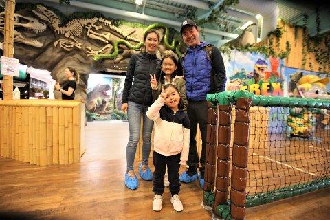 KLARE FOR LEK OG MORRO: Hien, Selena, Chloe og Alan hadde kjørt helt fra Oslo for å kose seg med lek og morro på Eventyrfabrikken i Vestby.