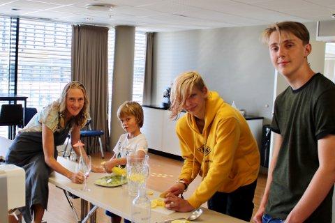 (F.v.) Thorun Ranes, Filip (8), Marcus (14) og Olav (14) fikser sommerdrinker på matlaginskurs.