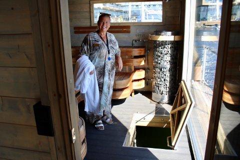 Hanne Berg Landmark leder seremonier i badstuen.