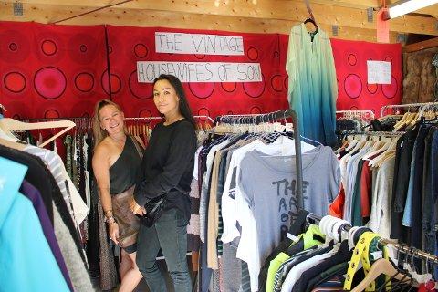 Tonje Bjørnson (t.v.) er for anledningen kledd i en silkekjole hun kjøpte for 200 kroner og Soley Astudottir har kjøpt buksene sine for 30 kroner. – Kjolen kostet rundt 3000 kroner ny, forteller Bjørnson.