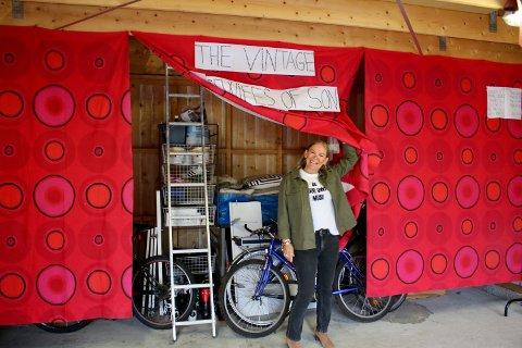 Bak disse gardinene og en mengde klær har barna sine sykler stått gjemt. – Det er en annen dør også altså, ler Tonje Bjørnson.