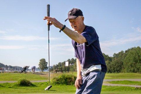 PRESISJON: Truls Krogsrud (89) stiller inn siktet før han skal putte. Med sine 89 år er han den eldste deltakeren på torsdagens seniorgolf.