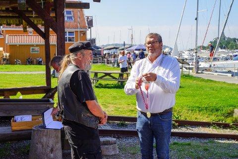 Ordfører Tom Anders Ludvigsen overrekker æresmedaljen til Alex Johannessen.