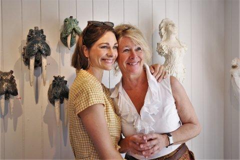 Jannicke Ebbing fikk besøk av sin datter Jenny Skavlan på utstillingen i Galleri Soon.