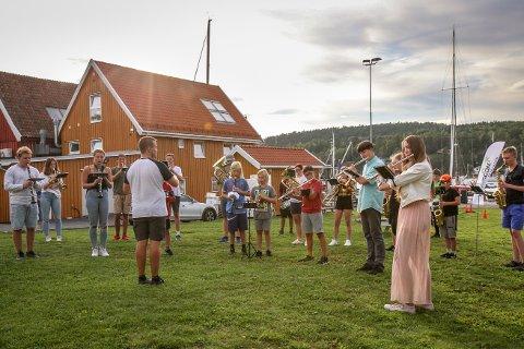 Plutselig var det korpsmusikk flere steder i Son, Brevik og Hølen i går. – Det var en tanke bak, forteller korpslederen.