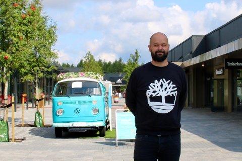 Senterleder Lars Pedersen ved Oslo Fashion Outlet forteller om rekordhøy omsetning i juli.