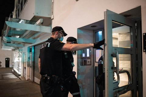 Regjeringen har bedt politiet slå hardere ned på hjemmefesting.