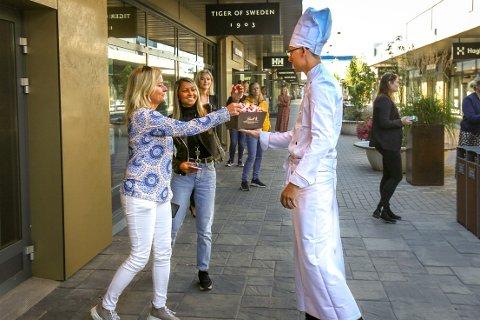 Sjokoladerådgiver Sivert Jarmund fristet de oppmøtte med gratis sjokolade under åpningen av Lindt på Oslo Fashion Outlet torsdag morgen.