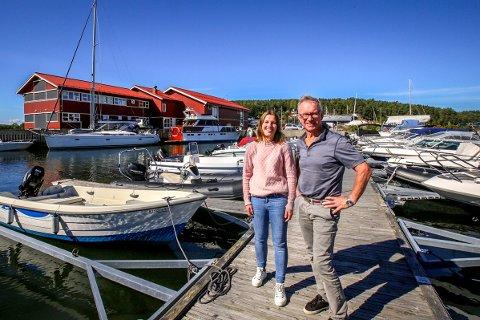 Hanne Gundersen Tjelland (36) og Tor Martin Gundersen (69) lover at de skal ta godt vare på båthavna i Son.