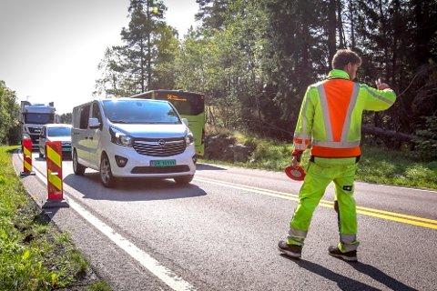Trafikkdirigeringen i Osloveien vil pågå en stund ennå.