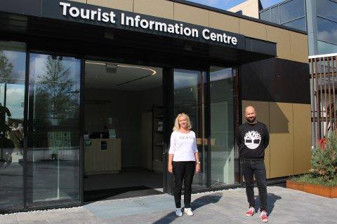 Sissel Bjørnstad og senterleder Lars Pedersen utenfor de nye lokalene til turistinformasjonen.