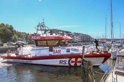 Her er RS 162 Klaveness Marine i gang med å hjelpe en fritidsbåt inn i båtplassen sin. Det er ikke første gang denne sommeren.
