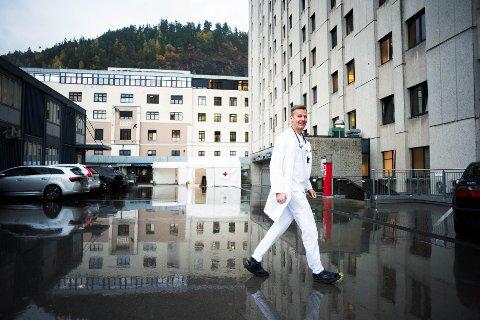 SPENNENDE DAGER: Lars Heggelund er forskningssjef ved Drammen Sykehus, der det meste av datainnsamlingen i en stor covid-19 studie har blitt hentet inn. Studien åpner for ny behandling av den verdensomfattende epidemien.