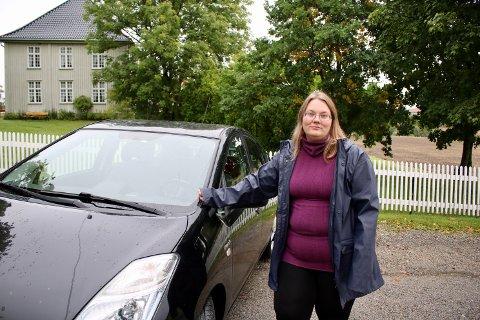 Kristine Haugland fikk en støkk da bilen hun kjørte ble truffet av sand og grus på Erikstadveien.