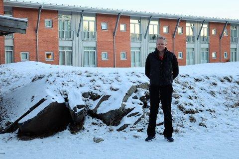 Jan Egil Nordvik, administrerende direktør på Catosenteret, forteller at planen er å jevne bakken på plassen bak han for å bygge et nybygg på samme høyde som det nåværende senteret.