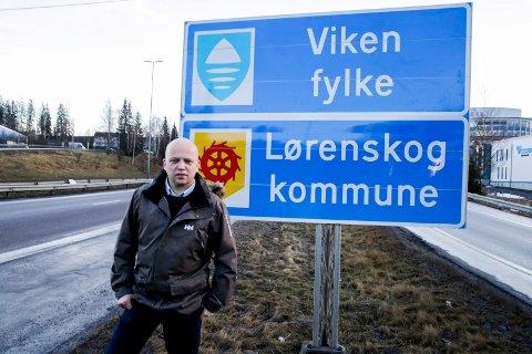 JANUAR 2020: Senterpartiets leder, Trygve Slagsvold Vedum, foran skiltet med Viken Fylke på grensen mellom Oslo og Akershus. Nå kan dette og lignende fylkesskilt komme til å forsvinne. Foto: Vidar Ruud / NTB