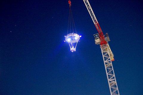 Over taket på NAV-bygget kom det plutselig til syne en UFO med kraftige lys. (SVEIP FOR FLERE BILDER)