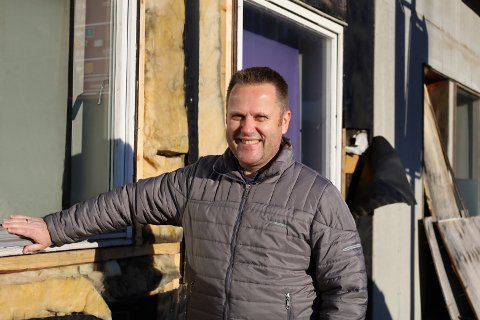 GLADSAK: Aleksander Øiestad, som eier det verneverdige bygget i Hølen sentrum, gleder seg over at det endelig skjer noe konkret.